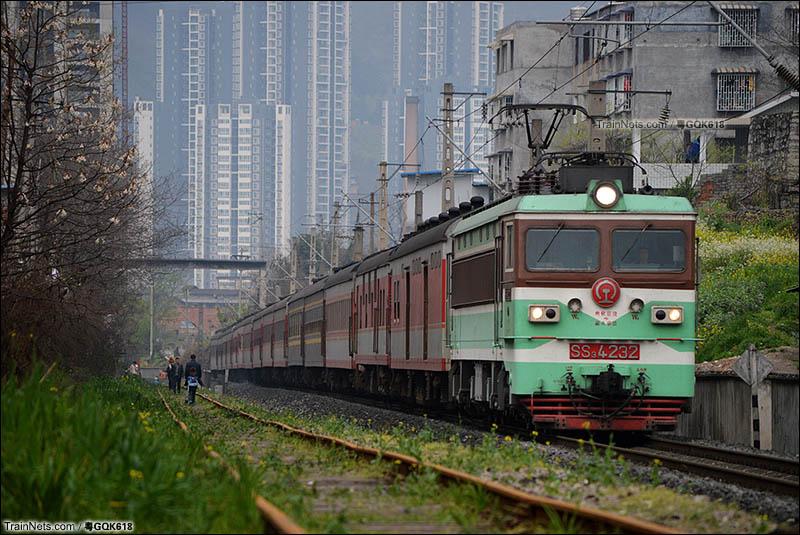 2015年3月23日。SS3-4232牵引K141次(成都东-南宁)接近遵义南站。(图/粤GQK618)