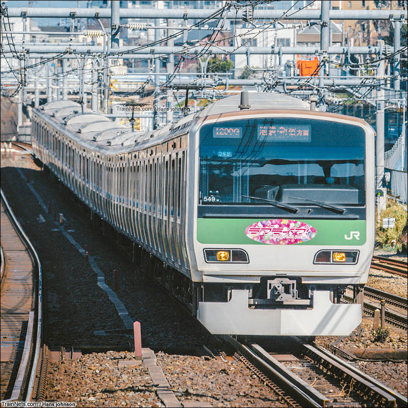 2016年2月14日。日本。山手线LoveLive!广告车上线首日,在駒込駅与四五位日本车迷一起拍摄该车。(图/Hans johnson)