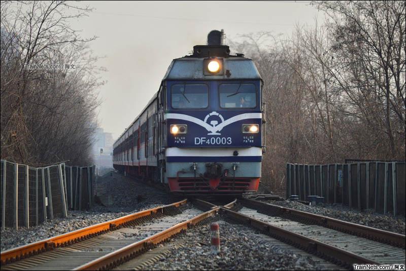 2016年1月29日。北京。京包-东北环联络线,清河-黄土店区间。DF4C-0003号牵引2101次(北京北-阜新)驶过铁路分岔口。(图/阿文)