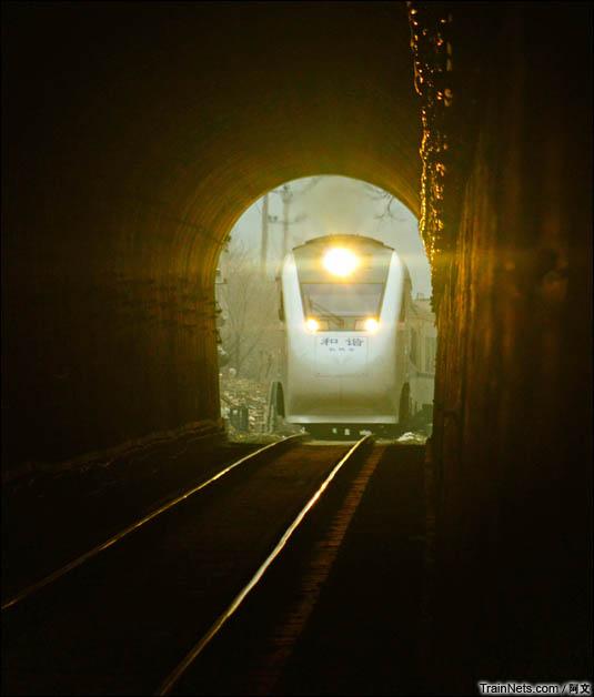 2016年2月12日。北京,京张铁路八达岭隧道。大白猪NDJ3进入隧道。(图/阿文)