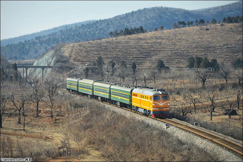 2016年2月17日。北京。京通线,兴寿-平义分区间。橘客4471轻盈掠过京郊旷野。(图/阿文)