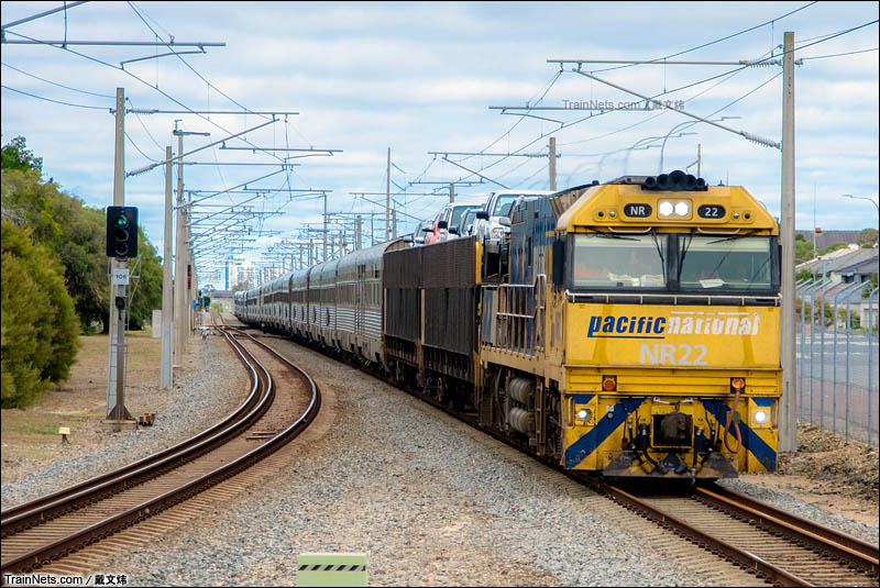 """2016年3月27日。澳大利亚。""""印度洋-太平洋""""号列车驶出东珀斯总站不久,开始前往悉尼的3天旅程。有几节货车专门装旅客托运的汽车。(图/戴文炜)"""
