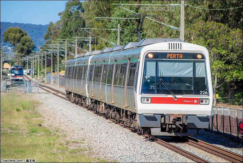 2016年4月2日。澳大利亚。珀斯轨道交通Midland线,往Perth方向的A系列车接近Guildford站。(图/戴文炜)