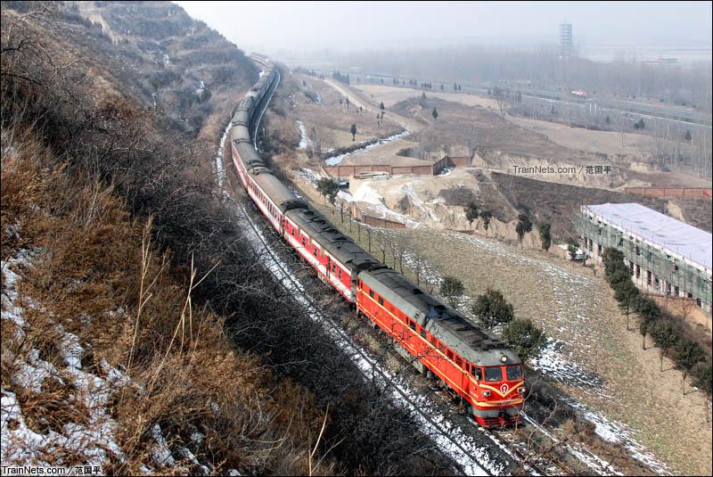 2016年2月4日。南同蒲铁路。无网区间,岁末前夕,为橘疯狂,一生挚爱,永不停歇。(图/范国平)