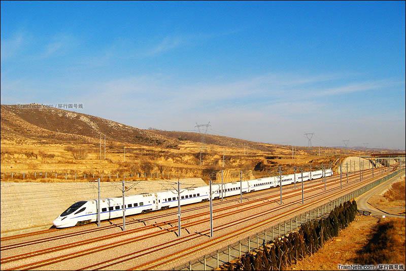 2011年元旦。阳泉北站。CRH5A动车组运行在石太客运专线上。(图/环行四号线)