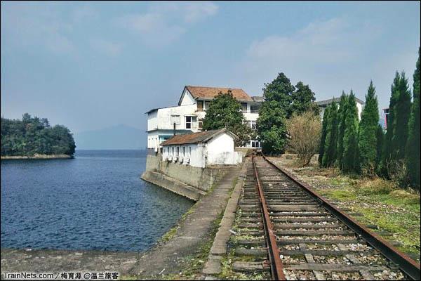 2015年12月16日。金千线。最右侧抵达千岛湖畔的金千线。(图/温兰旅客)