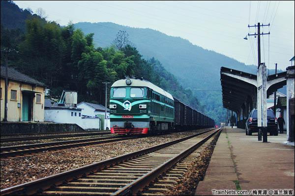 2016年1月15日。金千线新安江站。抵达的DF4B货列准备解挂。(图/温兰旅客)
