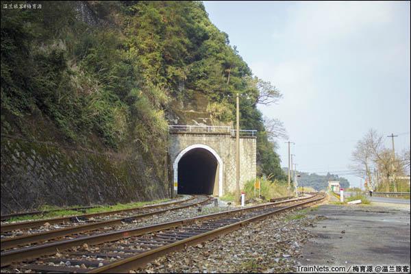 2015年12月16日。金千线。6号隧道外,线路开始分岔,最左侧一股穿过7号隧道。(图/温兰旅客)
