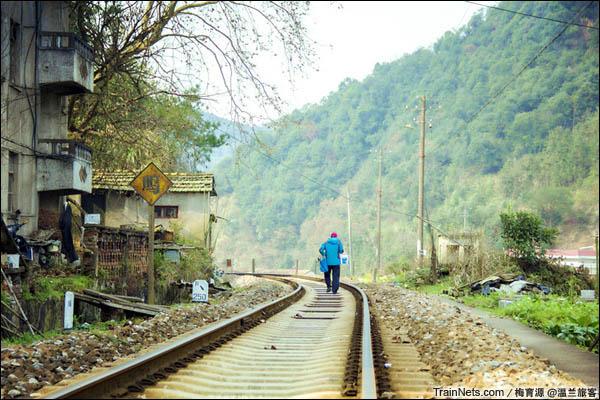 2015年12月16日。金千线。千岛湖站外,金千线从居民楼前经过。(图/温兰旅客)
