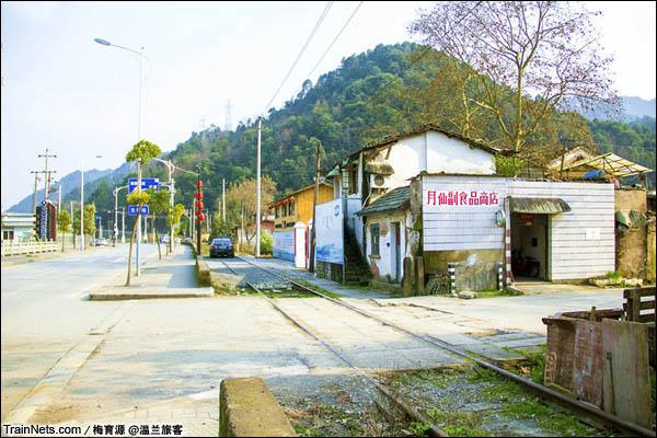 2015年12月16日。金千线,新安江电站支线从民房门前走过。(图/温兰旅客)