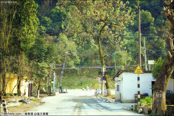 2015年12月16日。金千线,朱家埠站外道口。(图/温兰旅客)