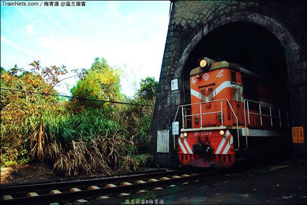 2014年10月26日。金千线。朱家埠-千岛湖区间。冲出三号隧道的农夫山泉专列。(图/温兰旅客)