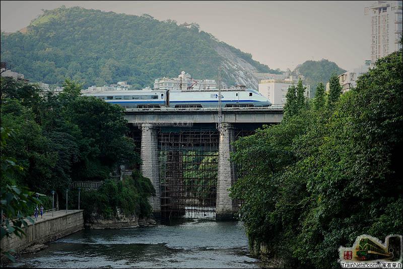 2012年9月。蓝剑动车组行驶在贵阳花溪大桥上。(图/何俊云 @家在蒙自)