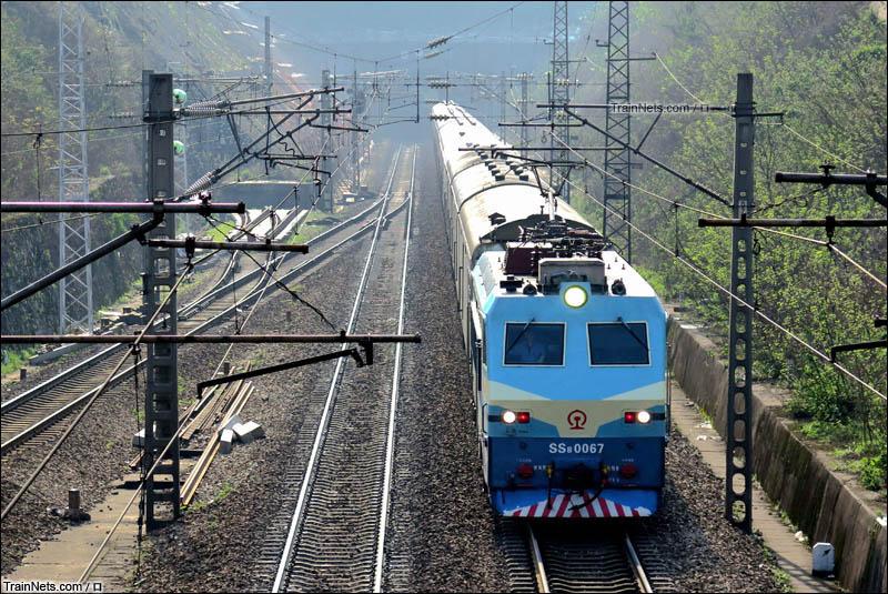 2016年3月19日。长沙。SS8-0067号机车牵引X112次通过长沙隧道。前往长沙站。(图/口)