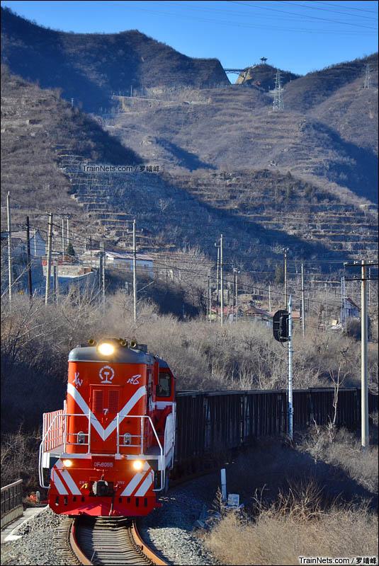 2016年1月31日。北京。京门线。DF7B牵引京门货车去野溪站方向。(图/罗靖峰)