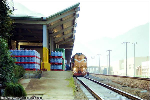 2014年10月26日。金千线朱家埠站,站台上放满了等待装车的农夫山泉。(图/温兰旅客)