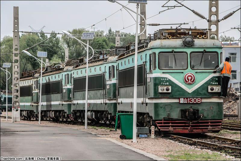 2015年5月10日。太原北机务段。太原南机务段回送最后四台SS1机车到北机务段,准备推进封存线进行封存。(图/石浩博)