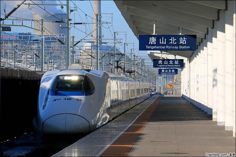 2016年2月24日清晨,D6611次(北京-唐山)经停唐山北站一站台,车型为日本原厂的CRH2A-2001。(图/苏宇)