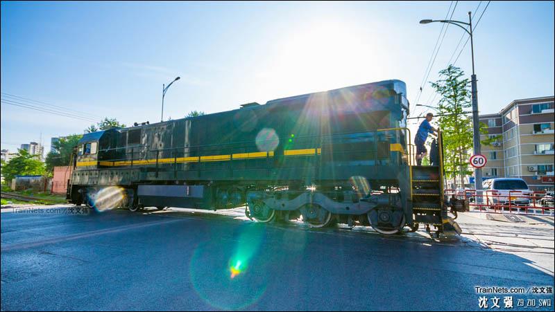 2014年7月7日。大连凌水线支线的黄河路道口。ND5完成专用线任务去往沙河口站方向。(图/沈文强)
