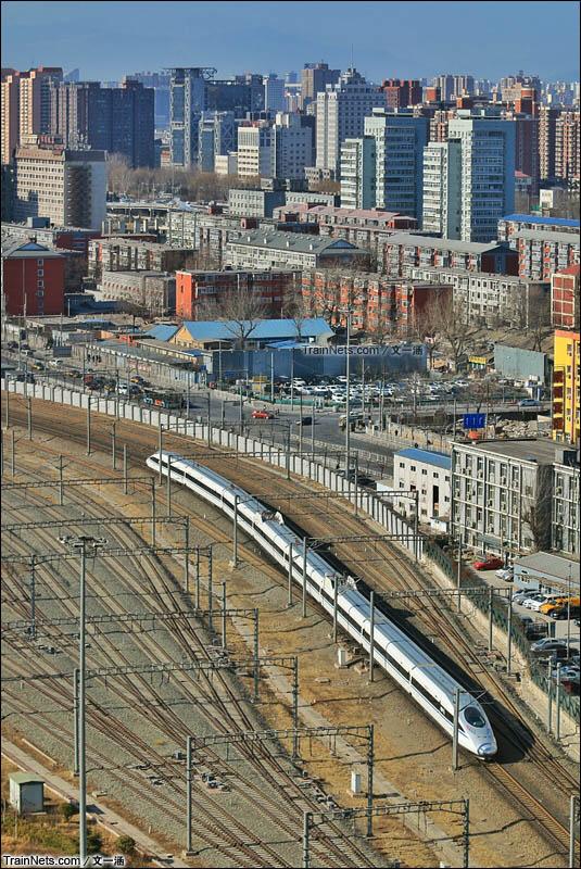 2016年1月26日。登上西革新里天台,意外看到2015年新造的CRH380A 通过北京南站。不料几天后,西革新里的天台就被封死了。(图/文一涵)