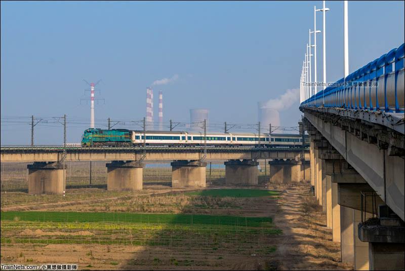 2016年2月27日。ND5-0342牵引BSP春运临客K5551次(阜阳-上海)驶出淮南淮河大桥,前往淮南站方向。(图/小黑想做摄影师)