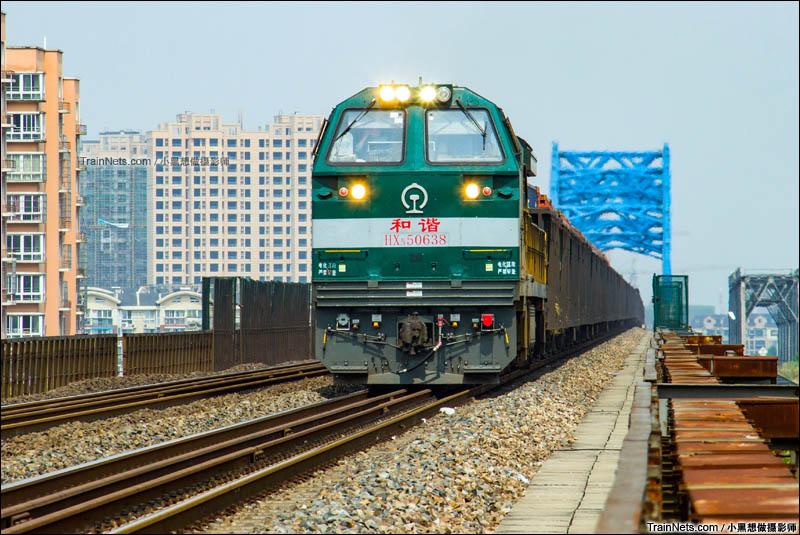 2015年10月1日。HXN5牵引货列驶过宁铜线芜湖青弋江大桥,前往芜湖南站方向。(图/小黑想做摄影师)