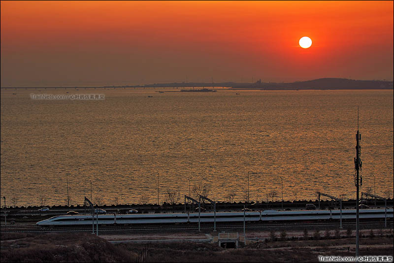 2016年3月26日。胶济客运专线青岛北站。漫步于胶州湾畔的G189次(北京南-青岛)列车。(图/心叶的仿若青空)