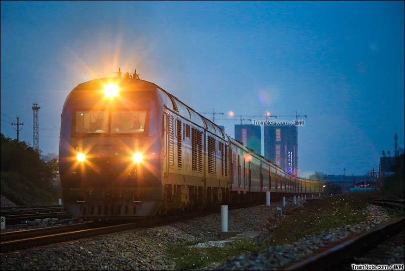 2016年2月24日。广东茂名。雨后晚点的K408次(海口-长沙)开出茂名东站。(图/杨利)