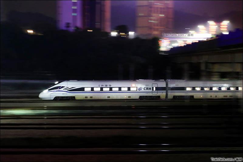 2016年2月4日。新型CRH1E动车组执行D908次(深圳北-上海虹桥)列车出站,开行夕发朝至的动卧。(图/杨利)