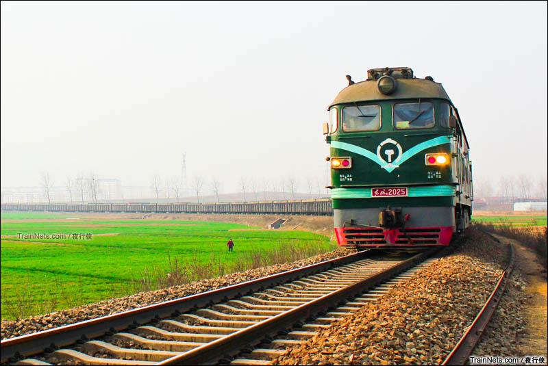 2016年3月18日。鲁局岚段DF4-2025牵引81007次列车通过坪岚线K3+000公里处,驶向岚山站。(图/夜行侠)