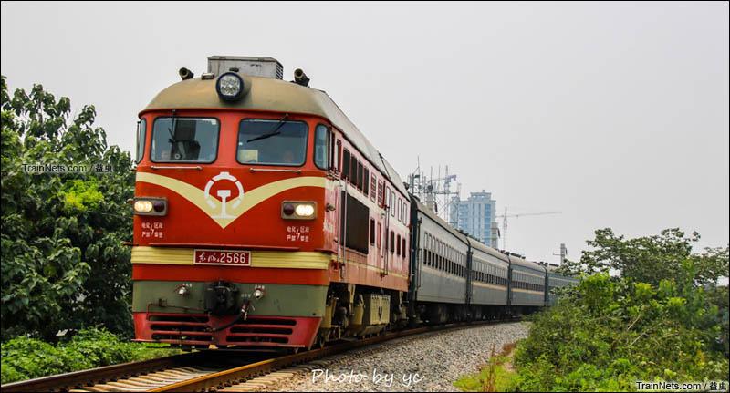 2015年7月底。东风4-2566号机车牵引末班7054次(泰山-淄博)绿皮车行驶在辛泰铁路,之后由于线路大施工停运2月之久。(图/益虫)