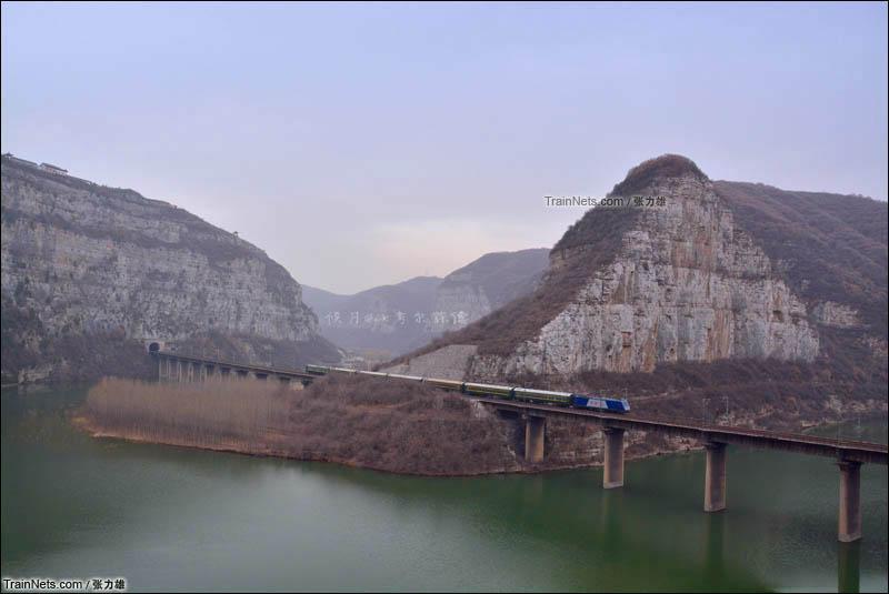 2016年3月6日。候月线,阳城-磨滩区间,天气阴冷,HXD3牵引小票车。(图/张力雄)