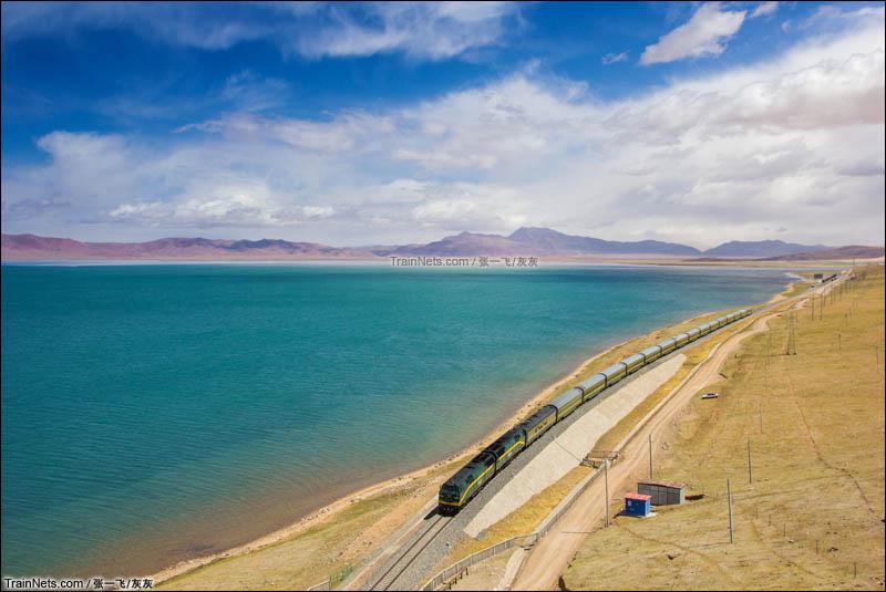 2015年5月。青藏铁路客车行驶在西藏那曲安多措那湖湖畔。(图/张一飞)