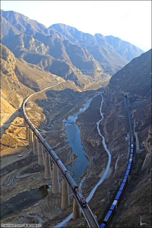 2016年2月9日。丰沙线下行旧庄窝东-官厅西区间,K1177次(北京-银川)列车驶上幽州峡谷中的丰沙49号桥。(图/张岚)