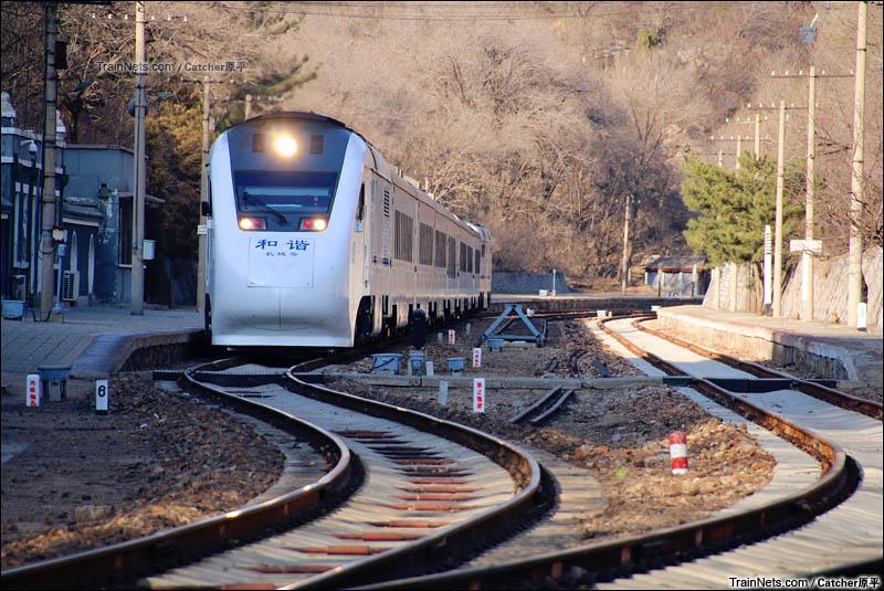 2016年3月26日。S2线列车停靠京包线青龙桥站。(图/Catcher原平)