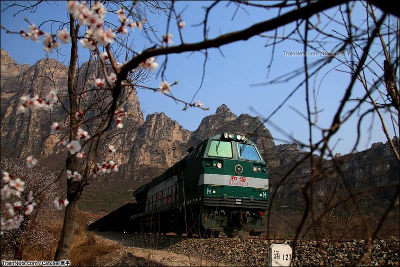 2016年4月4日。京原线。HXN5机车牵引货列行驶在丛山峻岭当中。(图/Catcher原平)