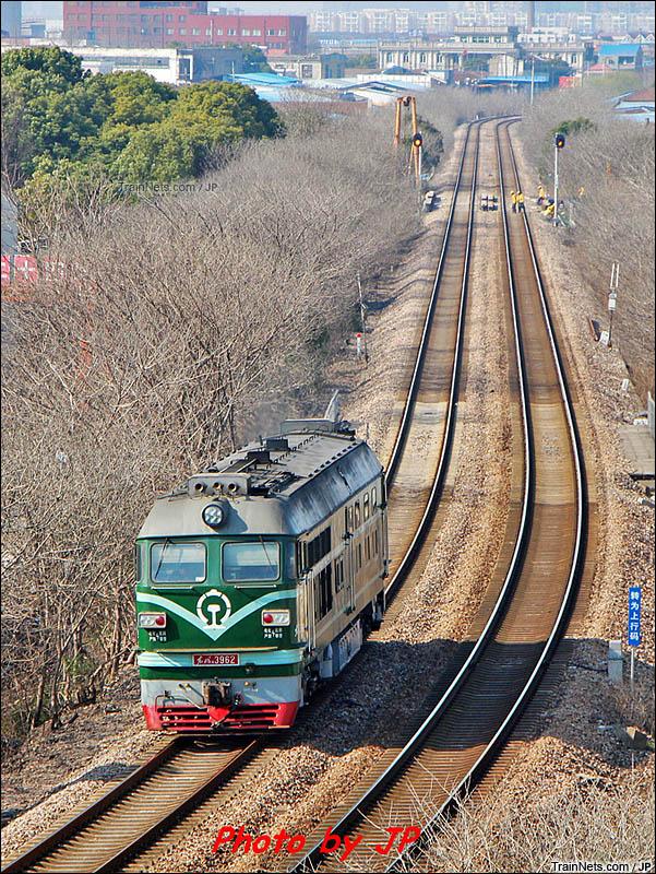 2013年。上海。DF4B单机行驶在南何铁路南翔-桃浦区间。(图/JP)