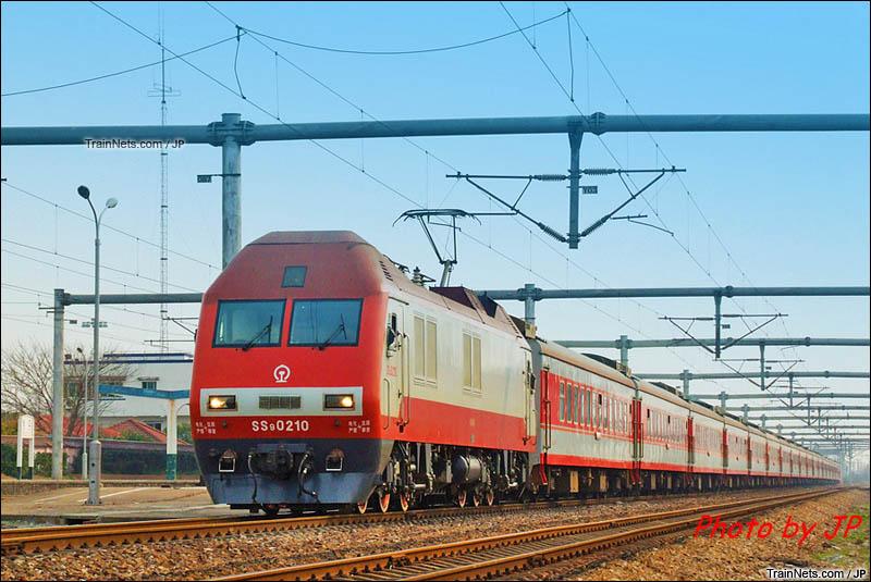 2011年。SS9G牵引客车通过上海松江站。(图/JP)