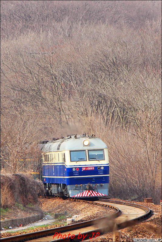 2016年。南京。DF11牵引客车冲出枯树丛。(图/JP)
