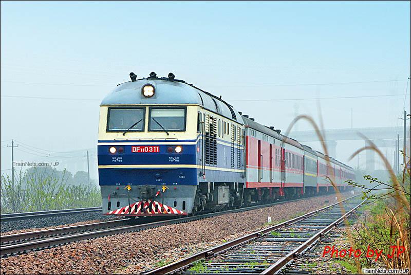 2016年。芜湖,青弋江南。DF11牵引客车飞驰。(图/JP)