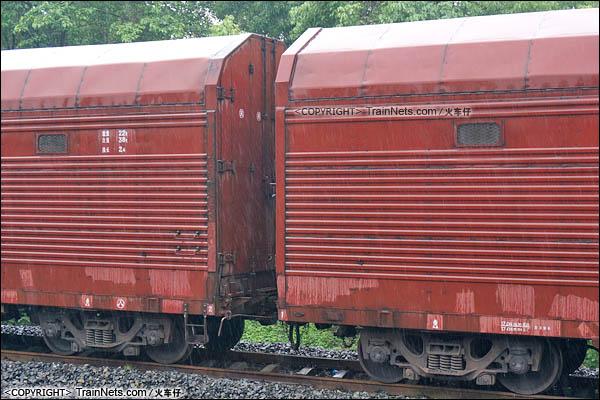 2016年4月。四川。JSQ6型凹底双层运输汽车专用车。(图/火车仔/DSC09490)