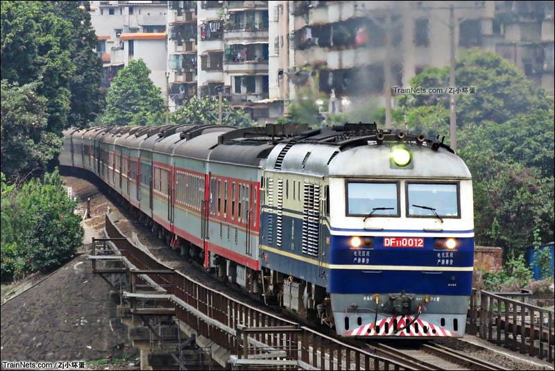 2016年5月。DF11牵引客车K842次(贵阳-广州)通过广茂铁路三水西南铁路桥。(图/Zj小坏蛋)