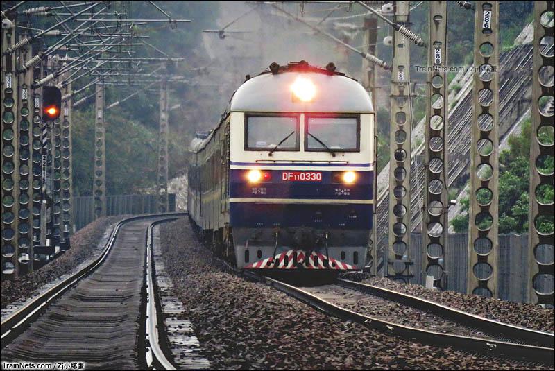 2016年4月。广东惠州。京九线。DF11牵引上行列车运行于惠州西-惠州站区间。(图/Zj小坏蛋)