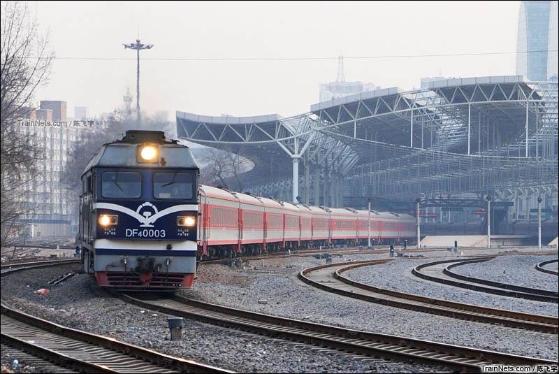 2016年1月。DF4C牵引2101次(北京北-阜新)驶出北京北站。(图/陈飞宇)