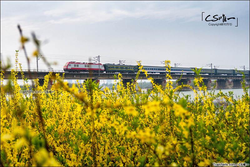 2016年04月05日。河北邢台市。京广铁路383公里处。下行特快通过七里河。(图/CS唯一)