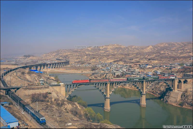 2016年3月31日。SS7E牵引列车通过包兰线兰州黄河大桥,与下方陇海线列车相交。(图/贰楼后座)