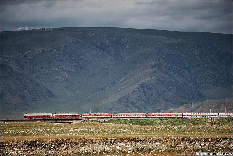 2013年8月。南疆铁路。胜利桥站,正在待避的K9787次列车。(图/felixtrain)