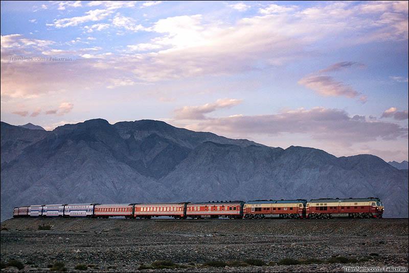 2013年8月。南疆铁路。K9787次列车接近莫嘎图车站。(图/felixtrain)