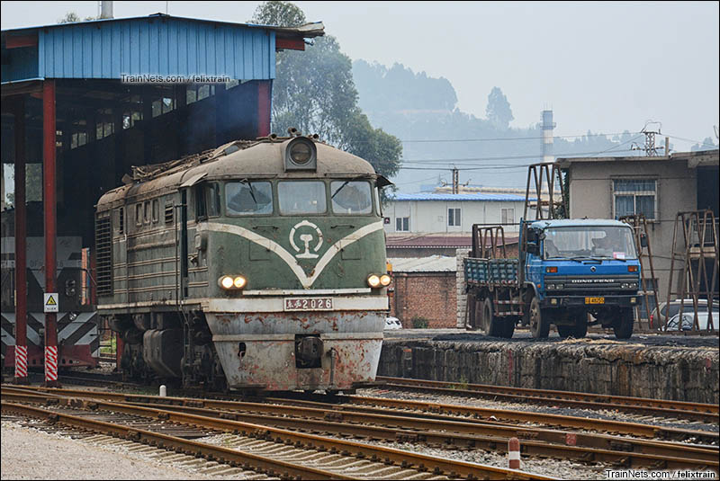 2015年7月。昆明。云南冶炼厂的DF1型内燃机车,与一旁的东风卡车相得益彰。(图/felixtrain)