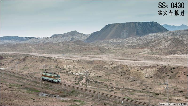 2015年7月25日。宁夏石嘴山,平汝线上,完成牵引任务的SS3返单机,向着山下驶去。(图/火车掠过)